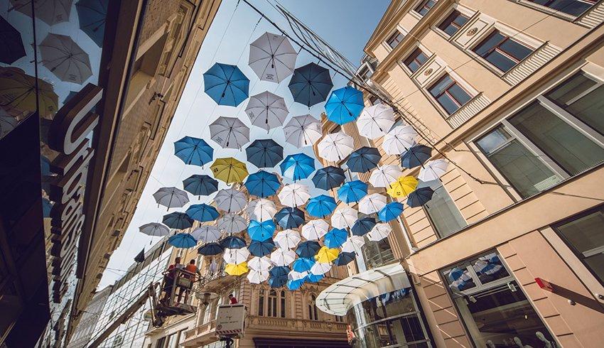 Centrum Brna potřetí zahalily deštníky. Instalace oslavuje mistrovský double Komety a zároveň pomáhá